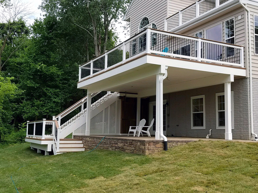 Relax On Large Multi Level Deck With Covered Patio